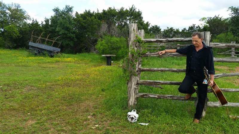 Jeff Roy, fence and cow skull @ Luck, Texas 2015